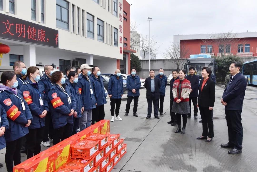蒋敏、崔荣国看望慰问一线的公交职工和全体