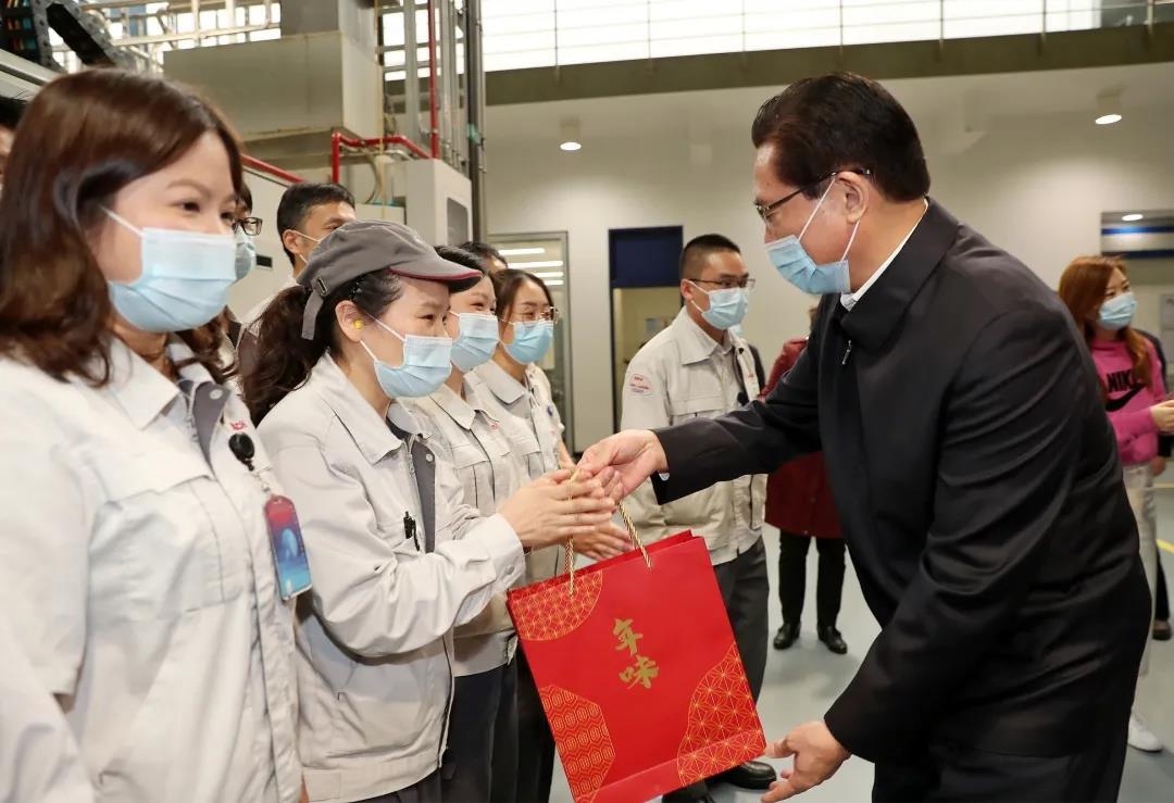 黄钦走访高新区春节期间正常生产的企业 慰